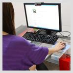 パソコンでチャットをしている女性の画像